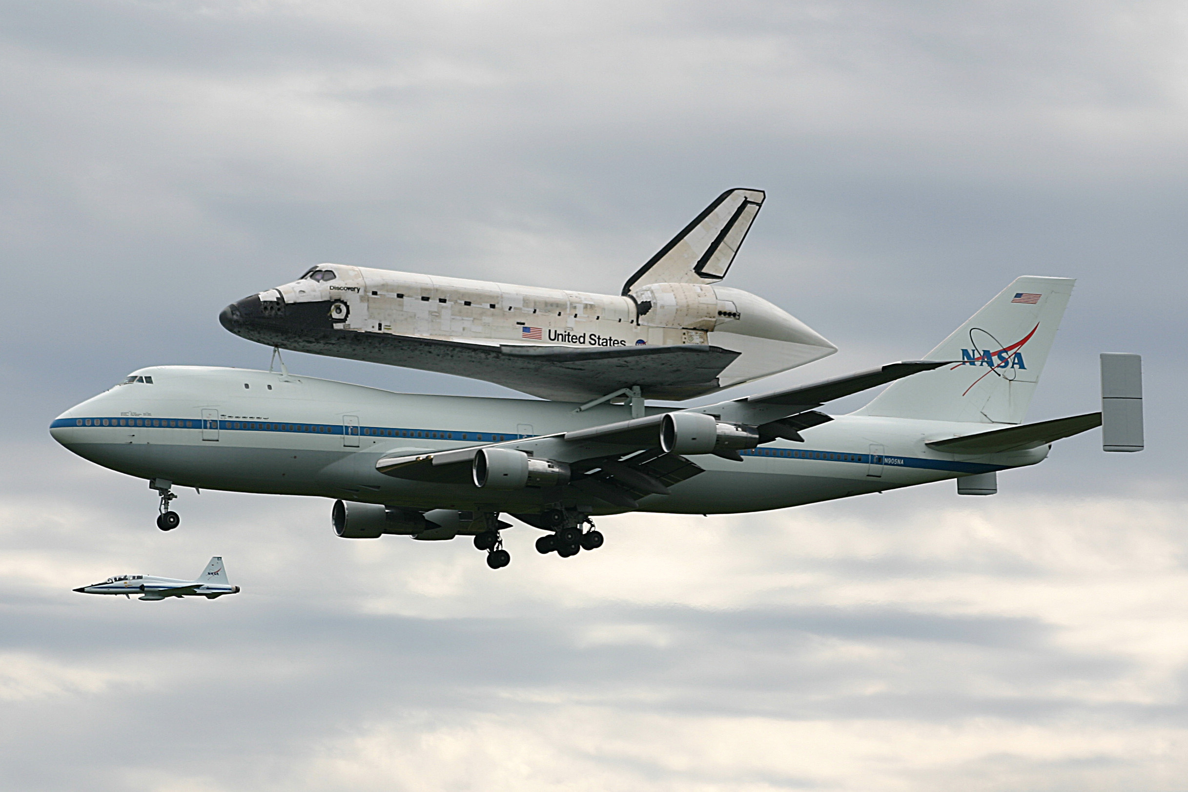 space shuttle discovery at dulles airport - photo #29